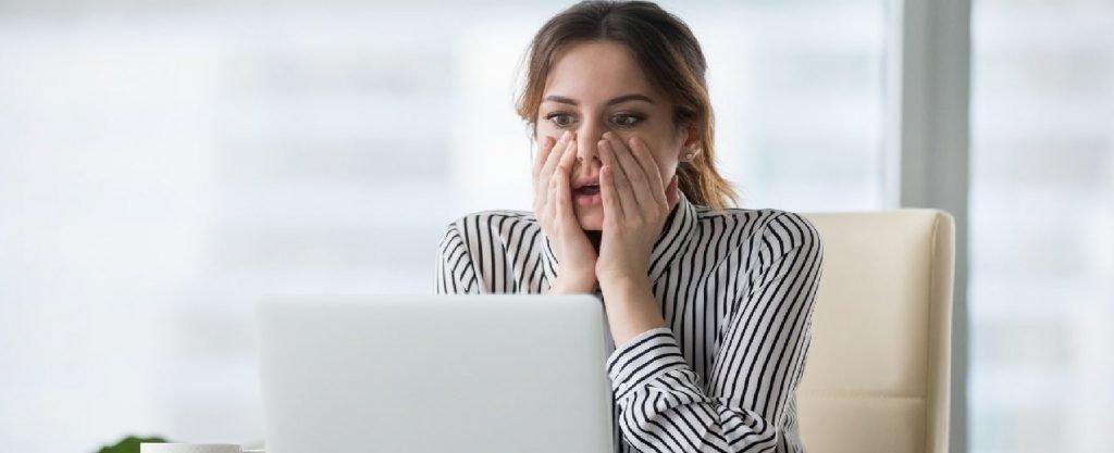 Una donna davanti al computer.
