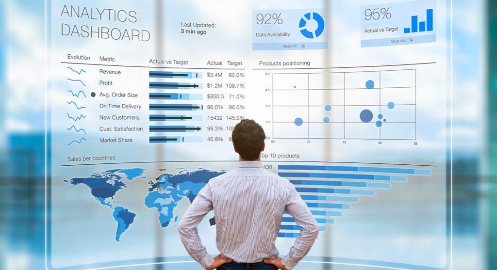 Business man che analizza un dashboard di Business Analytics e Intelligence su uno schermo virtuale.